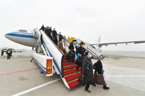 西藏参加全国两会的代表委员抵京