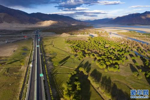 """西藏""""母亲河""""沿岸造起""""绿色长廊"""""""