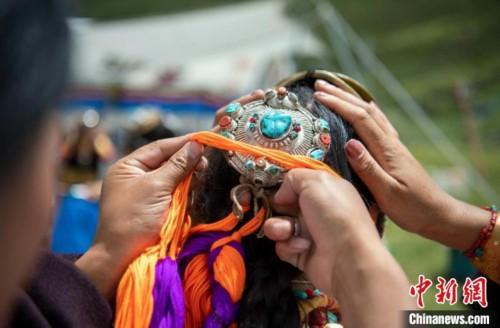 走进西藏高原感受藏族古老歌舞魅力