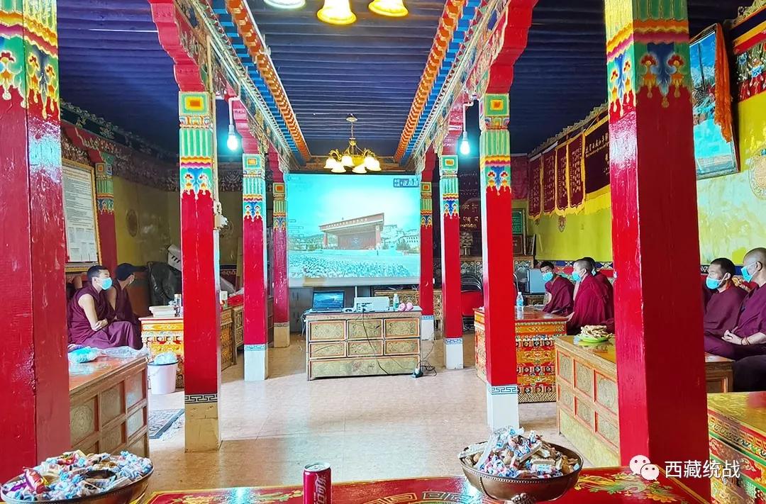 谢通门县扎西吉培寺管委会组织僧尼集中收听收看西藏和平解放70周年庆祝大会