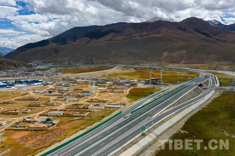 世界上海拔最高的高速公路通车