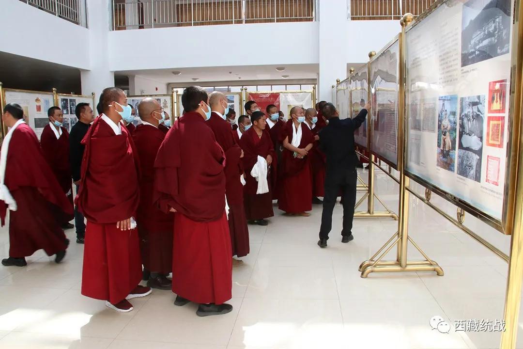 桑耶寺管委会组织僧人前往西藏佛学院参观学习藏传佛教活佛转世专题展